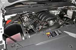 El Sistema de Admisión de Aire K&N bajo del capó de las Camionetas de Modelos Seleccionados de Chevy, GMC, y Cadillac