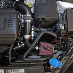 El filtro de aire K&N, número RC-2960, que se incluye en el sistema de admisión para el Ford Mustang GT de 5.0L 2015 está protegido por un escudo térmico específico para la aplicación