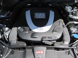 Filtro de aire de reemplazo K&N instalado en los modelos Mercedes-Benz Clase G, Clase S, Clase R, SL y Clase SLK, GL y Clase GLK y Clase C