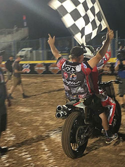 El equipo de carreras de Jared Mees celebra la victoria de los X Games del 20160 en Austin, Texas el 2 de junio del 2016.