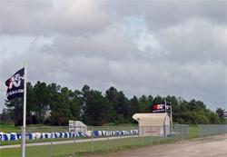 La escuela European Rally and Motorsports Park ondea banderas de K&N a lo largo de todas sus instalaciones.