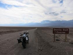 El R1200GS en un camino de tierra del Valle de la Muerte