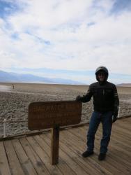 El autor en la elevación más baja del Valle de la Muerte