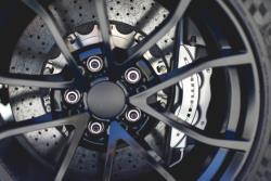 Se necesitan poderosos frenos cuando hay un poderoso motor bajo el capó