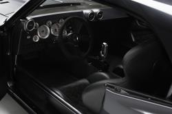 Como en todos los buenos autos de carreras, el conductor puede alcanzar fácilmente todos los controles.